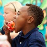 boy_eat_apple